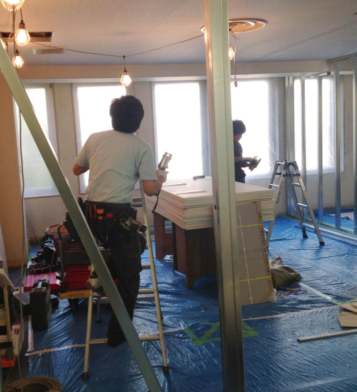 内装工事施工中の職人