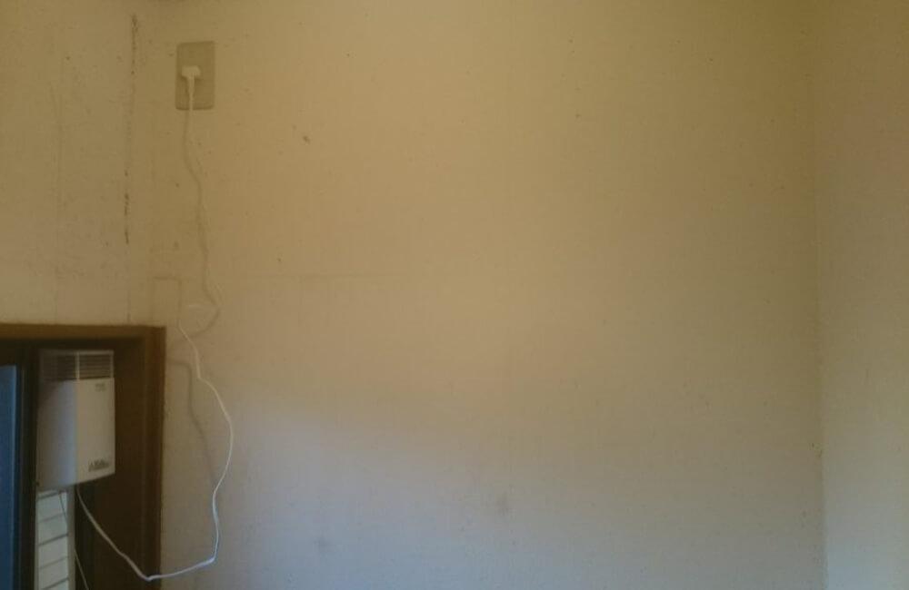 部屋のクロス張替前の壁