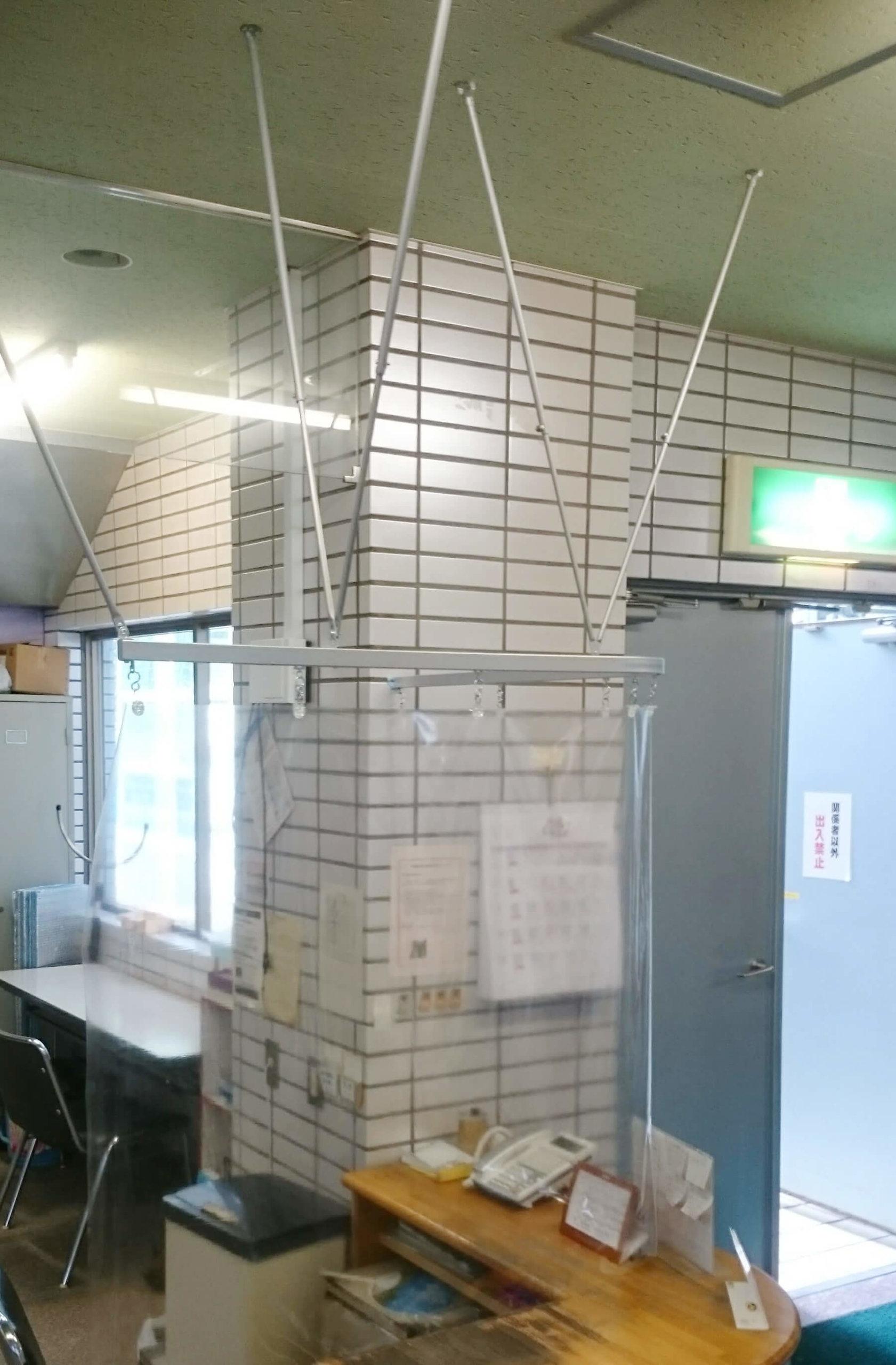 天井吊り飛散防止フィルムタイプの設置例